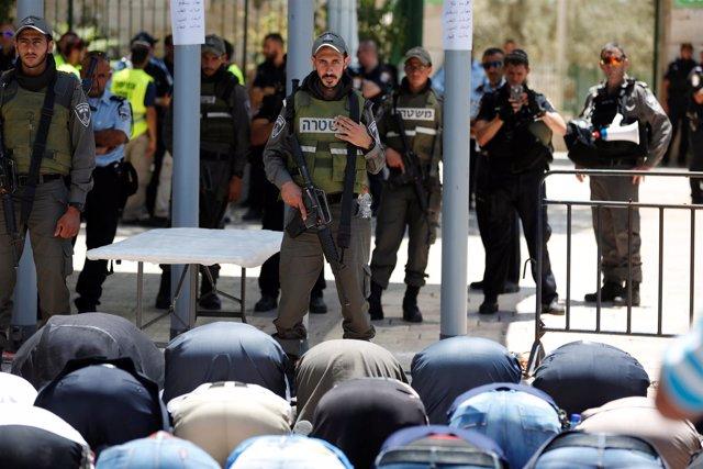 Rezos en la Explanada de las Mezquitas ante la mirada de policías israelíes