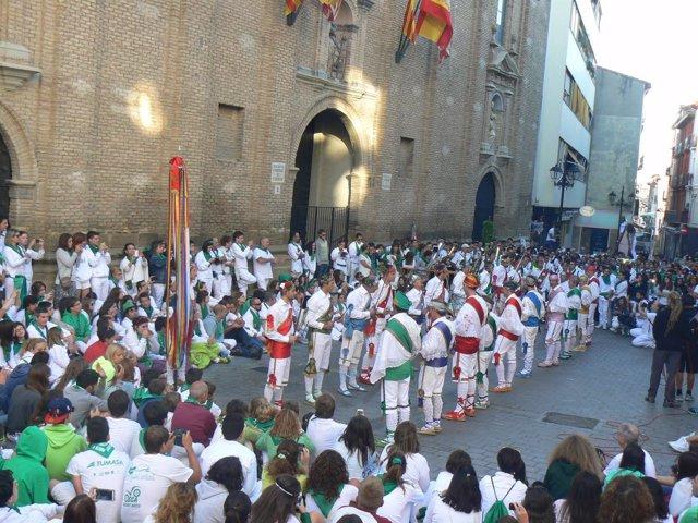 Actuación de los Danzantes de Huesca