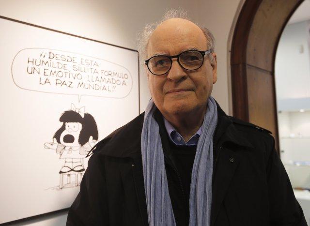 Quino en una exposición sobre Mafalda