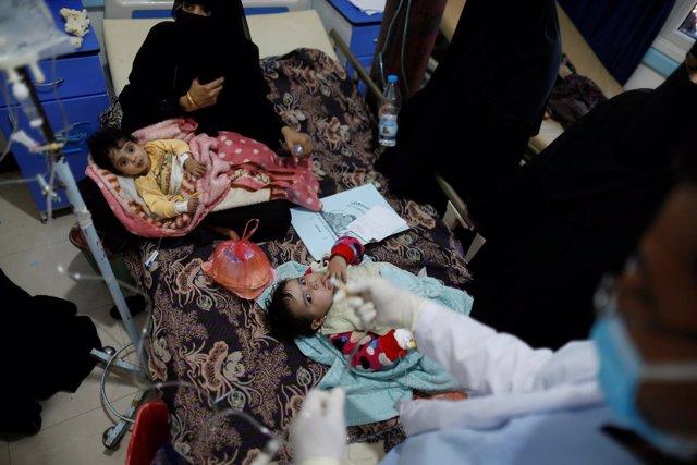 Niños con cólera en Saná