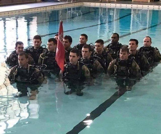 Soldados parcen enanos por la perspectiva con la que está tomada la foto