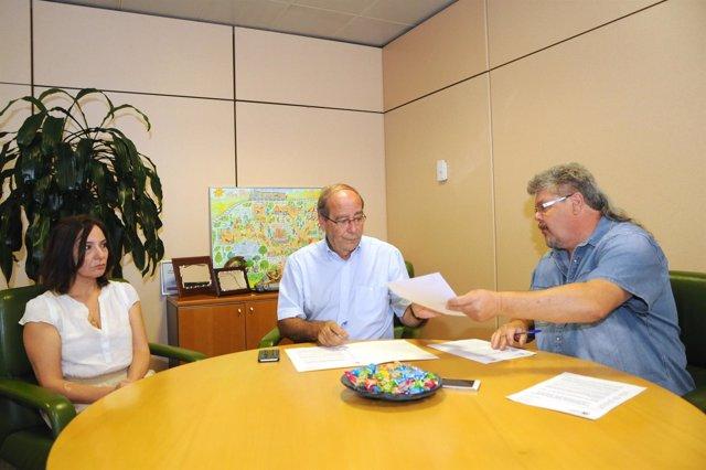Firma del convenio entre el Ayuntamiento de Fuenlabrada y la FAPA