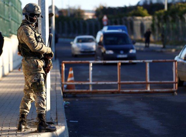 Un militar turco vigila el arranque del primer juicio por lel golpe fallido