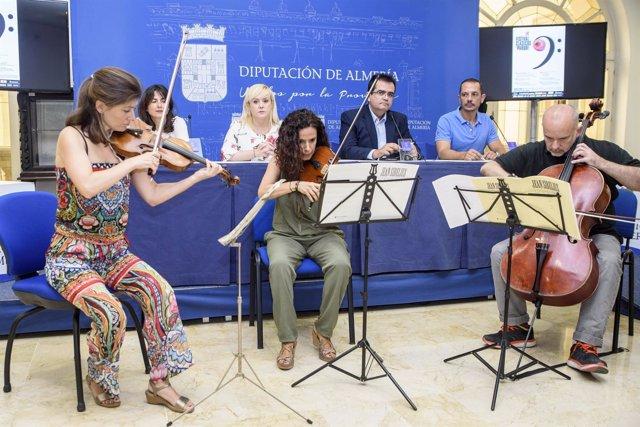 Antes de la presentación, se ha ofrecido una actuación de un trío de cuerda.
