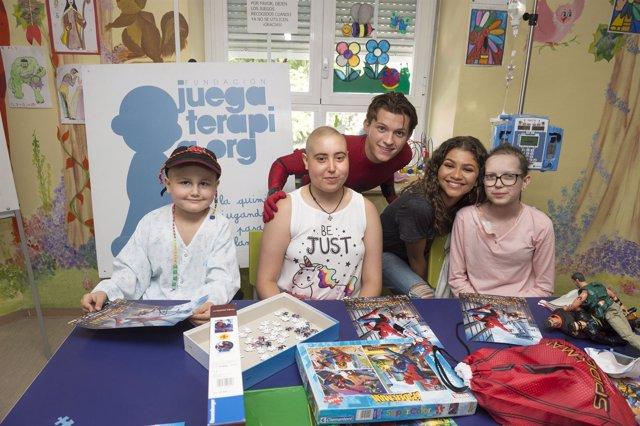 Tom Holland y Zendaya con los niños del Hospital Niño Jesús de Madrid