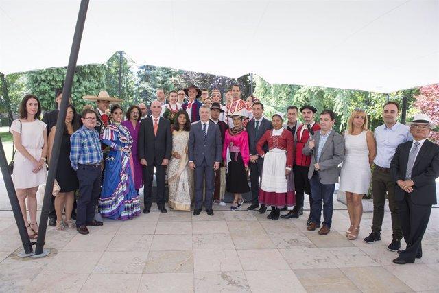 El lehendakari recibe a participantes del Festival
