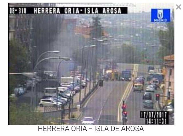 Cortada la avenida Herrera Oria por incendio de un autobús de la EMT
