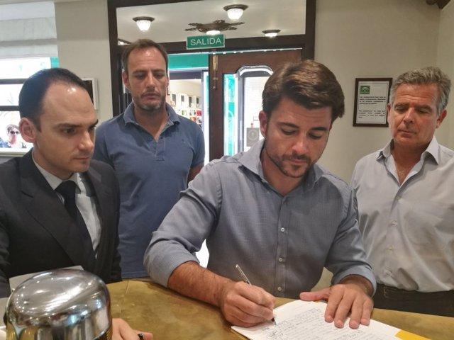 Beltrán Pérez firma en apoyo a La Campana.