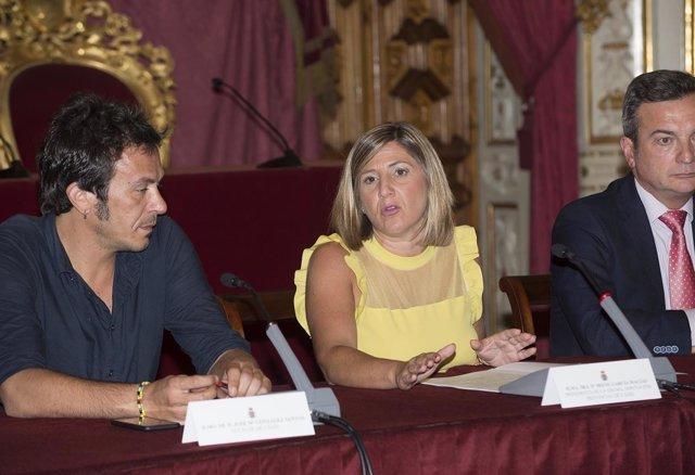 Irena García con Kichi y el rector de la UCA