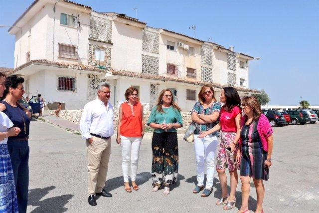 Purificación Gálvez (dcha.), junto a Crespín, en la visita a Puente Genil