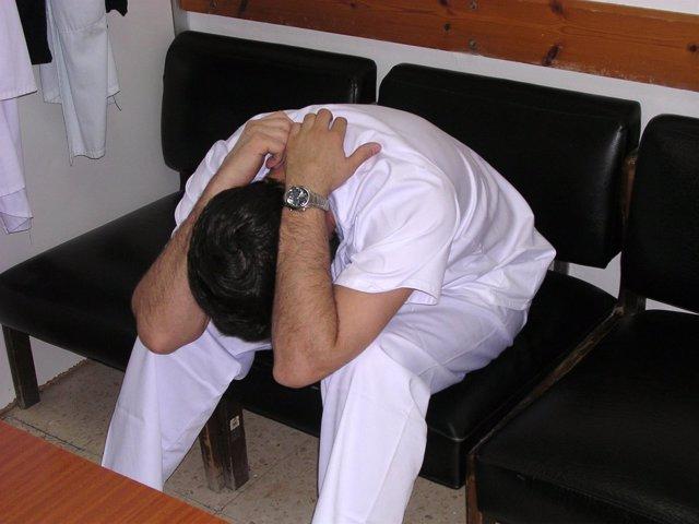 Un enfermero con estrés, deprimido y con síndrome de bunout o profesional quemad