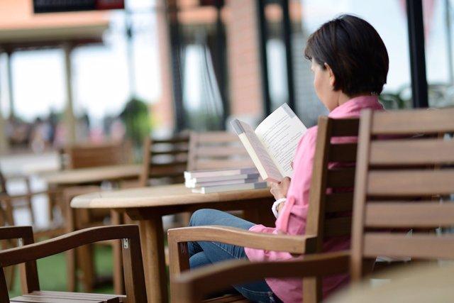 Una mujer leyendo