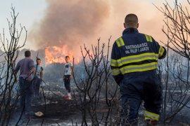 Un incendio incontrolado en Croacia calcina varias casas en los alrededores de Split