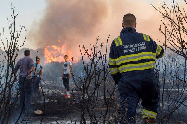Bomberos croatas trabajan para controlar un incendio.