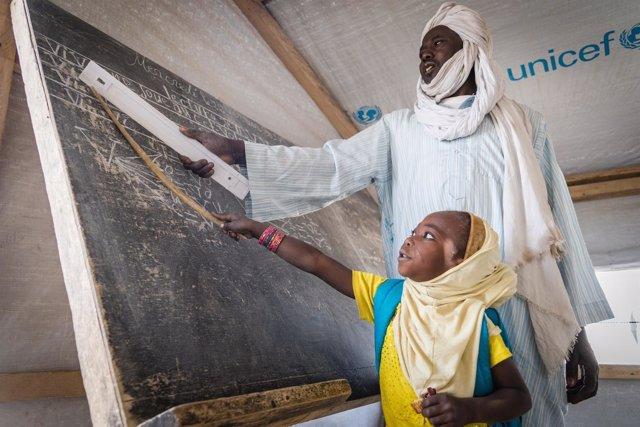 Una niña aprende en una escuela financiada por UNICEF
