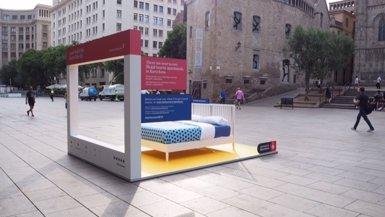 Barcelona impulsa una campanya pel turisme sostenible ubicant llits al carrer (EUROPA PRESS)
