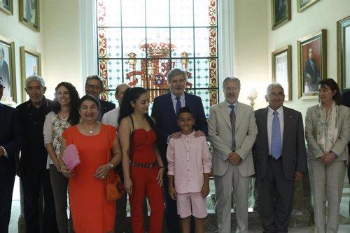 Méndez de Vigo recibe al niño gitano de la campaña La Pregunta de Samuel