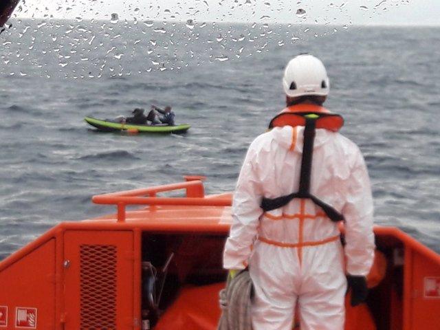 Rescate de dos inmigrantes de una embarcación tipo Kayak en el Estrecho