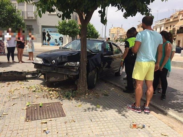 Vehículo accidentado en Lora del Río