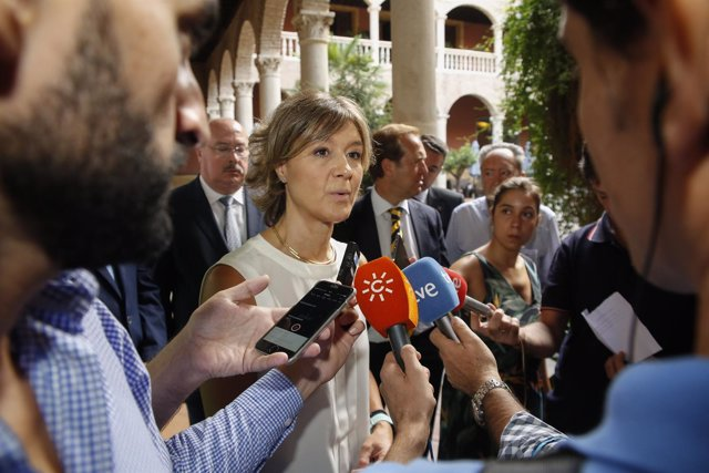 La ministra García Tejerina atiende a los medios en Granada