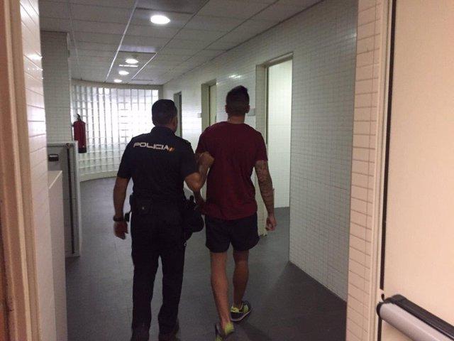 El detenido acompañado por un agente