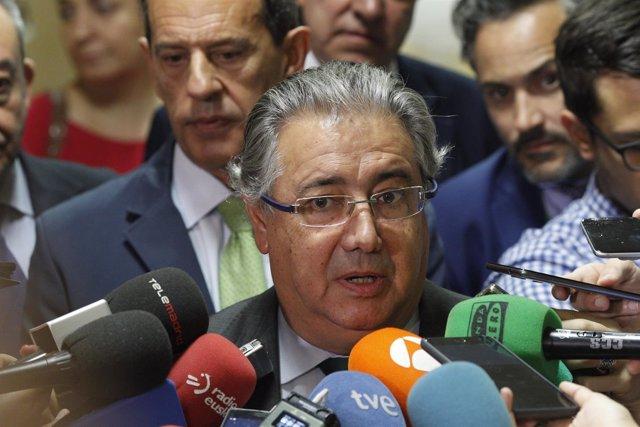 Juan Ignacio Zoido atiende a los medios antes de su comparece en el Congreso