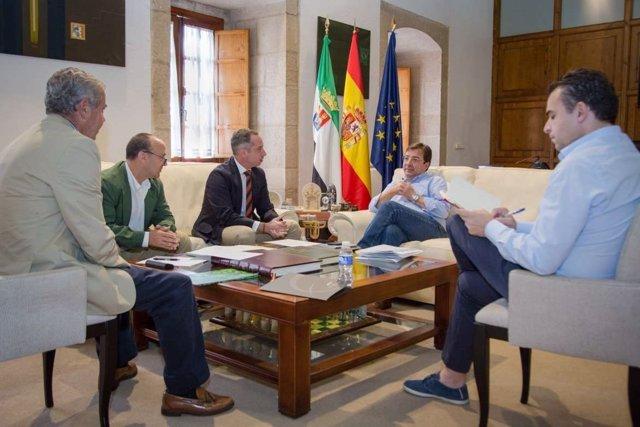 Fernández Vara se reúne con las asociaciones de caza