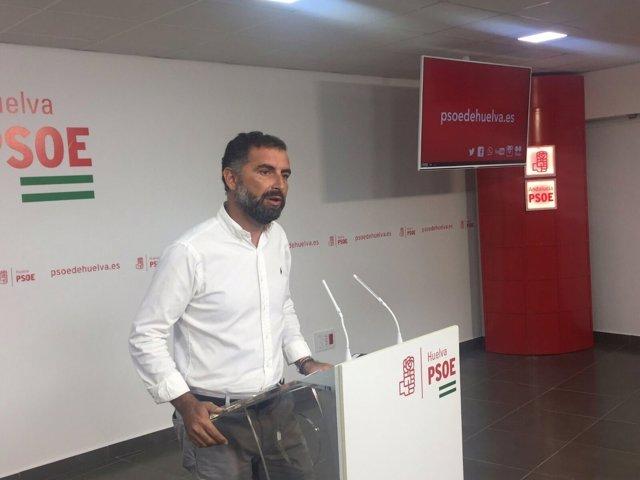 El alcalde de Moguer, Gustavo Cuéllar, en rueda de prensa.