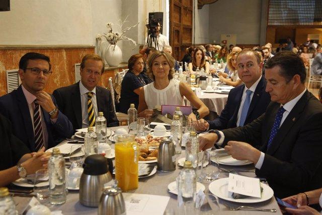 La ministra García Tejerina (centro) en un desayuno informativo en Granada
