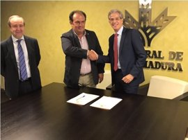 Caja Rural de Extremadura renueva su acuerdo de colaboración con la Federación Extremeña de Padel