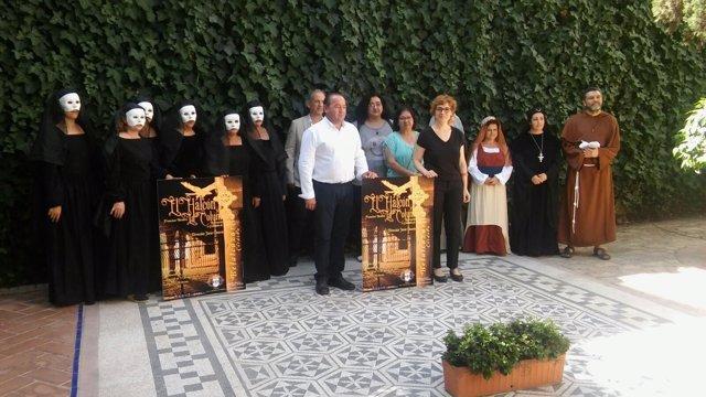 Ruz y Fernández (centro), junto a miembros de la obra, durante la presentación