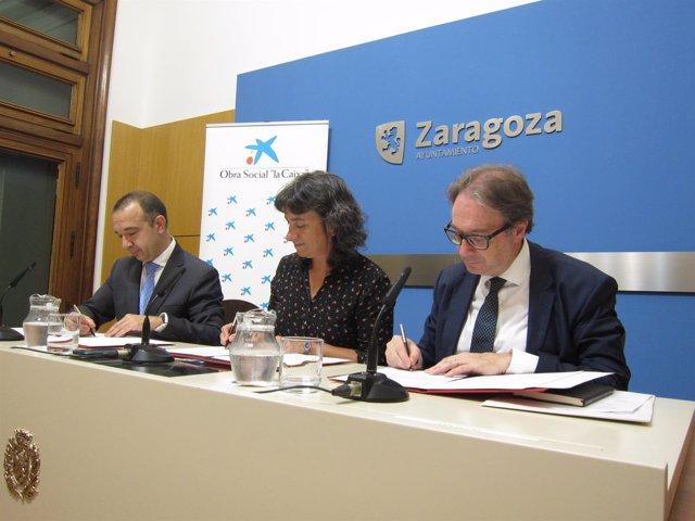 Marqueta, Broto y Simón han firmado el acuerdo entre la Caixa y el Ayuntamiento