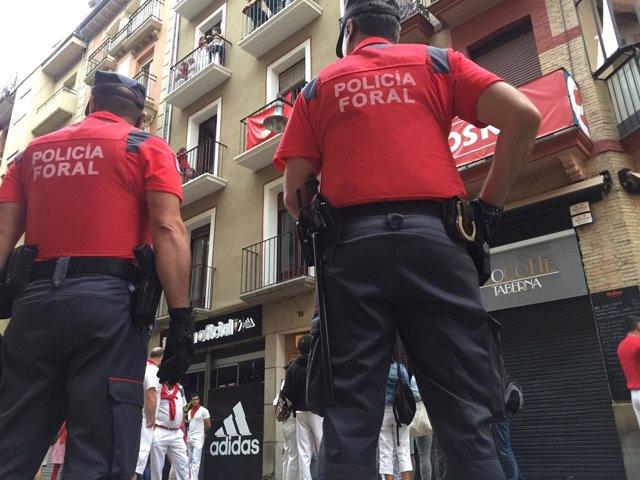 Agentes de Policía Foral patrullan durante los Sanfermines