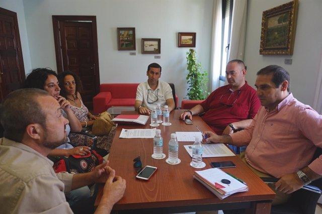 El vicepresidente de la Diputación, José Luis Ramos, se reúne con autoescuelas.