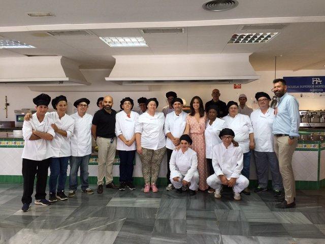Carmen Belén López y Valentín Sola, con los alumnos de Auxiliar de Cocina.