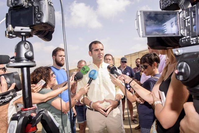 Fernández-Pacheco hace declaraciones a los medios tras la reunión con regantes