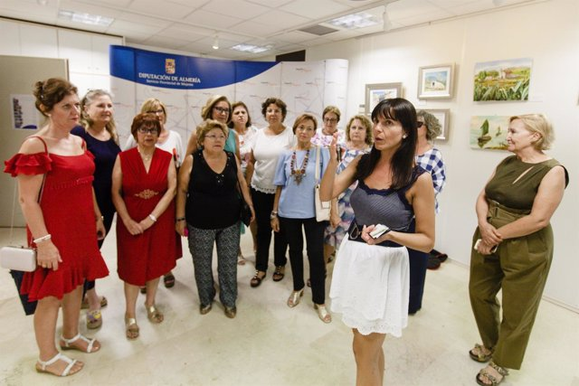 La diputada Dolores Martínez ha acompañado a las artistas en la inauguración.
