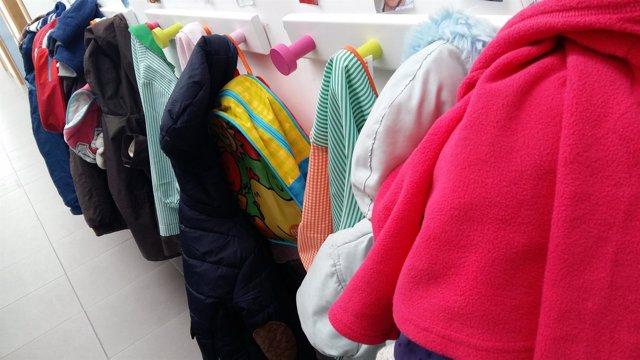Escuela infantil, aula, clase, niño, estudios, percha, perchas, abrigos mochilas