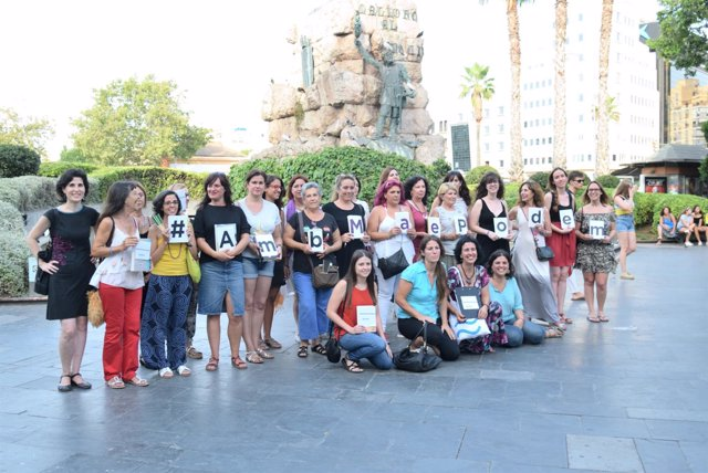 Mujeres de Podemos con Mae de la Concha