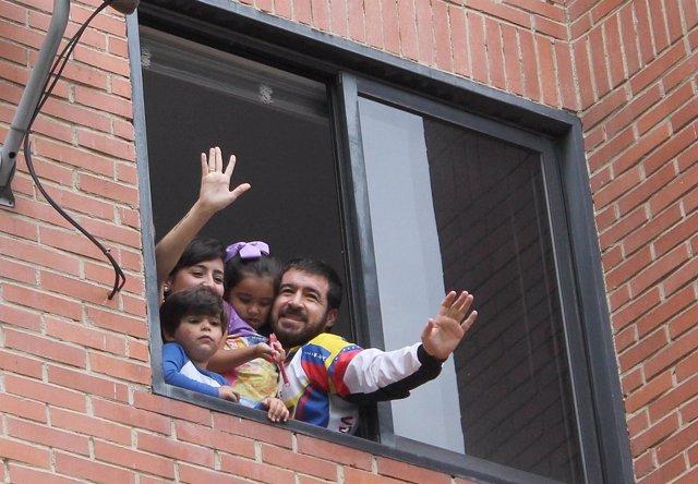 El líder opositor venezolano Daniel Ceballos junto a su familia