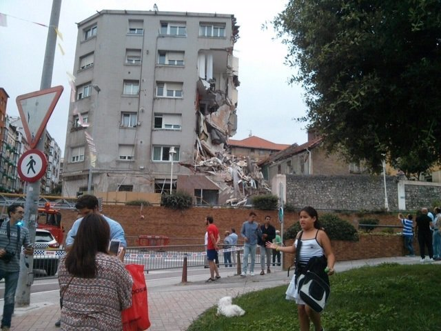 Desprendimiento fachada edificio desalojado en Santander