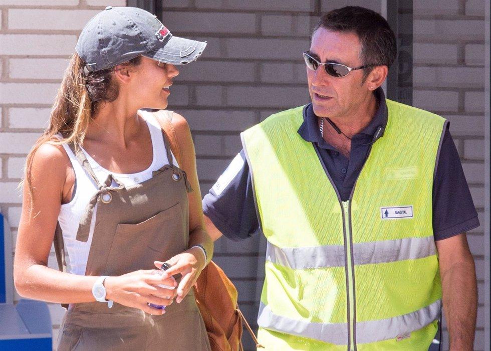 Lara lvarez saca su lado m s cari oso con los for Telecinco fuera de espana