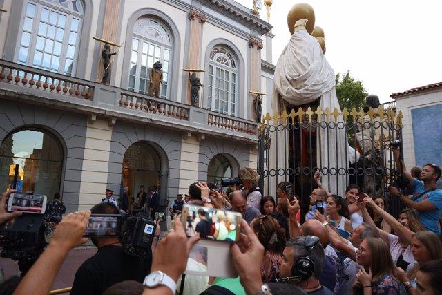 Medios de comunicación y vecinos ante la llegada del comité judicial en Figueres