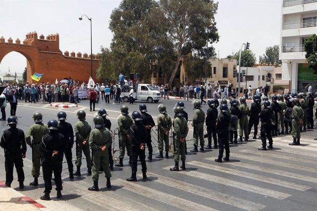 La Policía marroquí controla a un grupo de manifestantes.