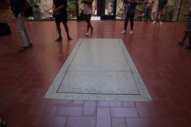 Lápida de Dalí