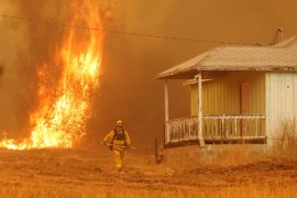 Ascienden a 5.000 los evacuados a causa de los incendios en California, que han destruido 45 viviendas