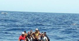 Llegan a Almería las 32 personas, una menor, rescatadas de una patera