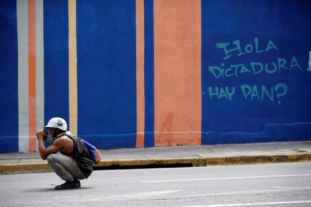 Manifestante durante el paro cívico convocado por la oposición en Venezuela