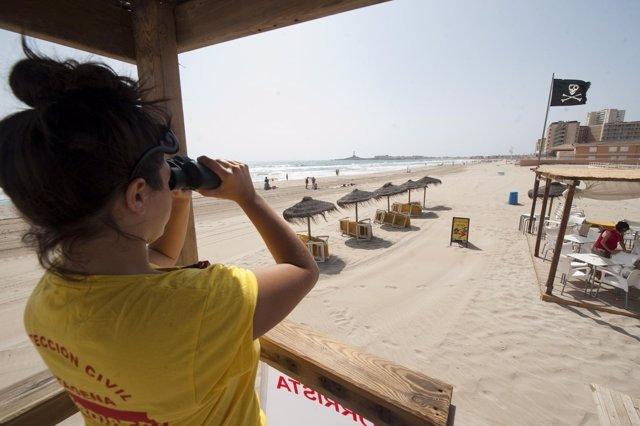 Vigilante en una playa