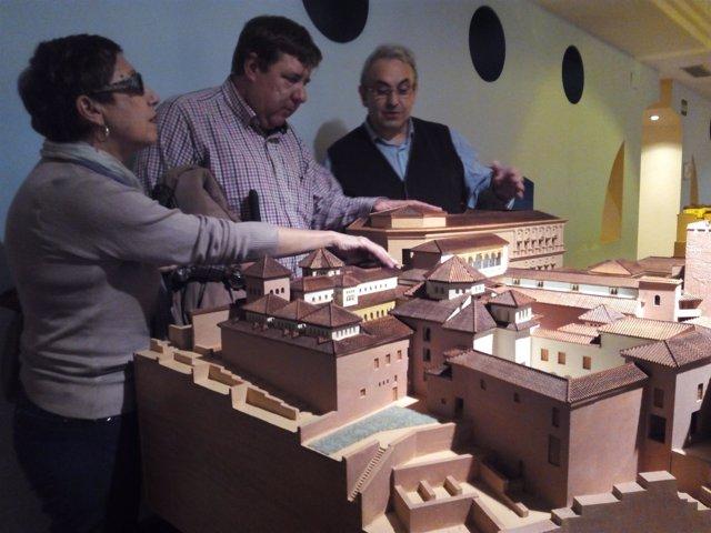 Personas ciegas visitando el Museo Tiflológico de la ONCE